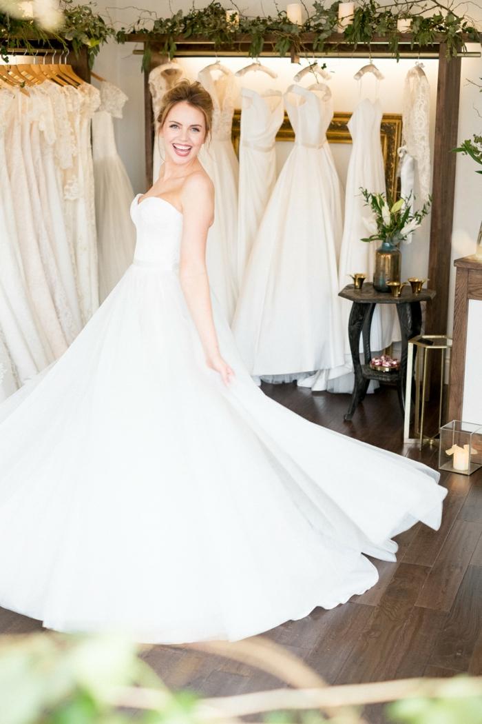 vestidos de novia pronovias, precioso ejemplo de vestido largo con falda voluminosa, escote corazón y pelo recogido en moño