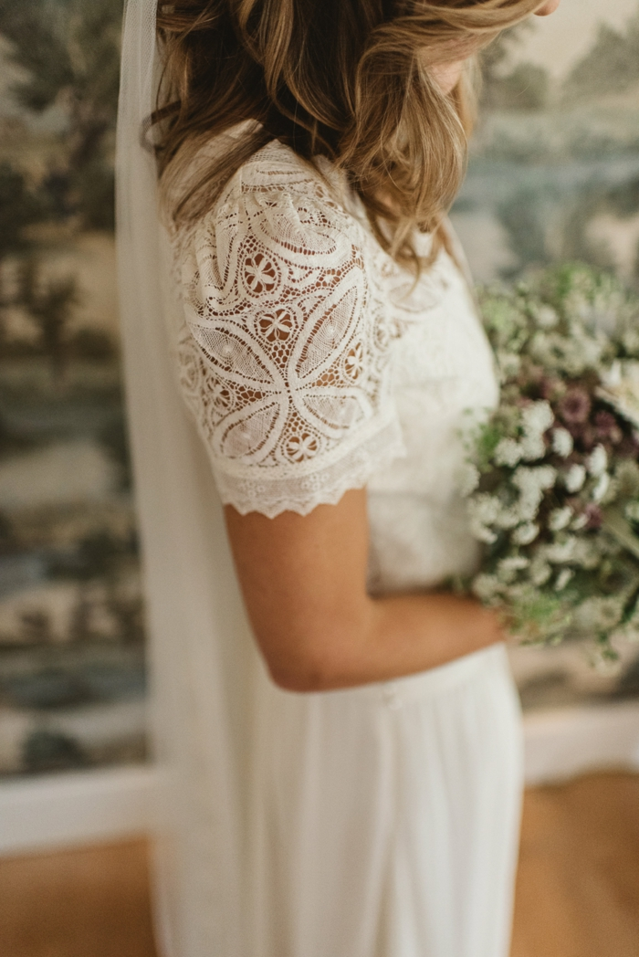 vestidos de novia pronovias, vestido en estilo bohemio con mangas cortas románticas de encaje, pelo suelto ondulado con largo velo
