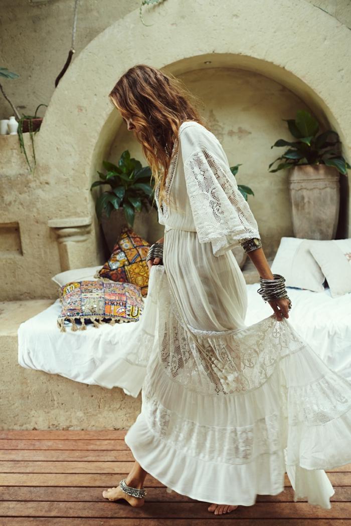 vestido blanco ibicenco, mujer con pelo suelto y pulseras, vestido largo hippie con encaje y mangas largas anchas