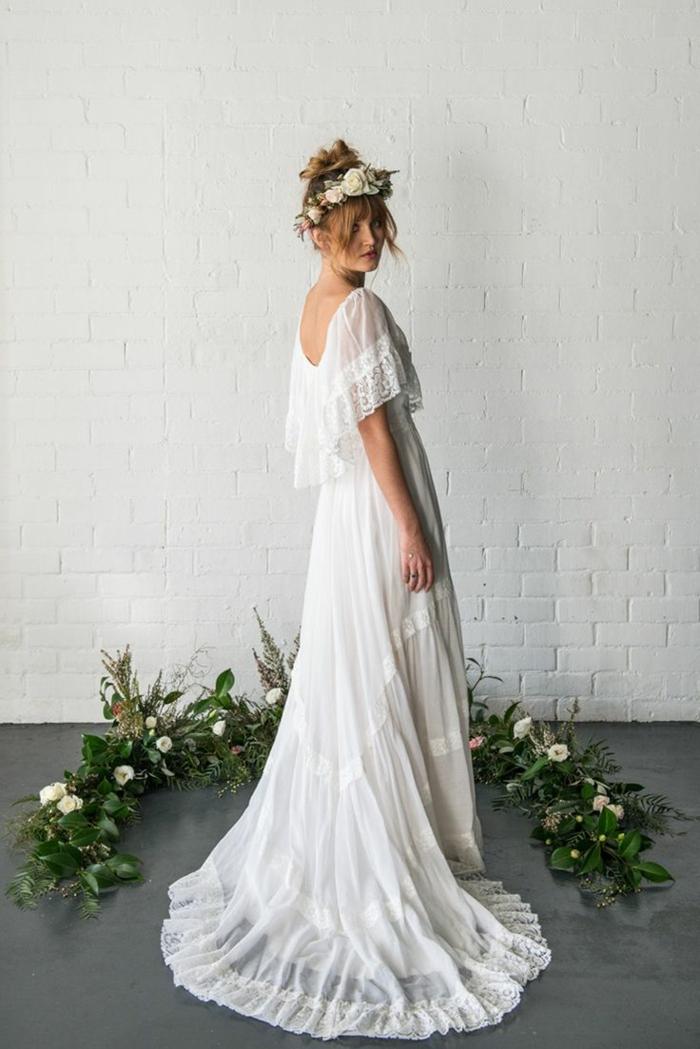 vestido blanco ibicenco, mujer de espaldas, estilo boho, falda doble, espalda semi descubierta, mangas cortas de tela tranparente, corona de flores