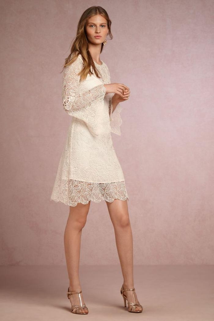 vestido blanco ibicenco, mujer alta, vestido blanco corto con encaje, mangas largas todo encaje, sin escote, sandalias con tacón