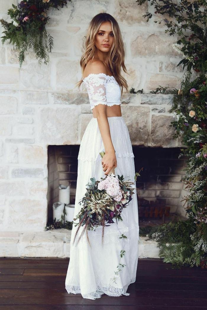 vestido blanco ibicenco, vestido de novia de dos piezas, corset con hombros desubiertos y mangas con encaje, ramo de flores
