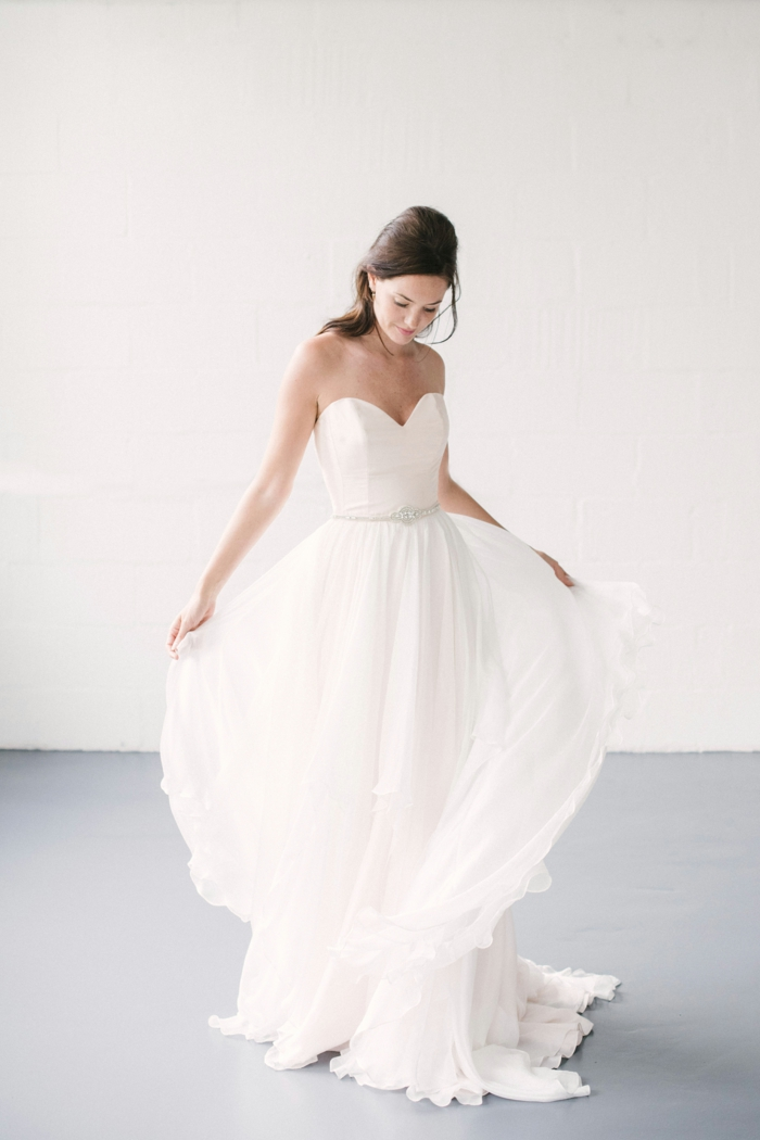 vestidos de novia pronovias, vestido de corte evasé con falda de visillo, escote corazón y pelo semirecogido con volumen