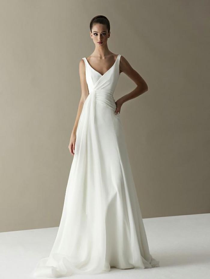 vestidos novia baratos, preciosa propuesta de vestido minimalista que alarga el silueta, vestido de satén, escote en v y pelo en moño apretado