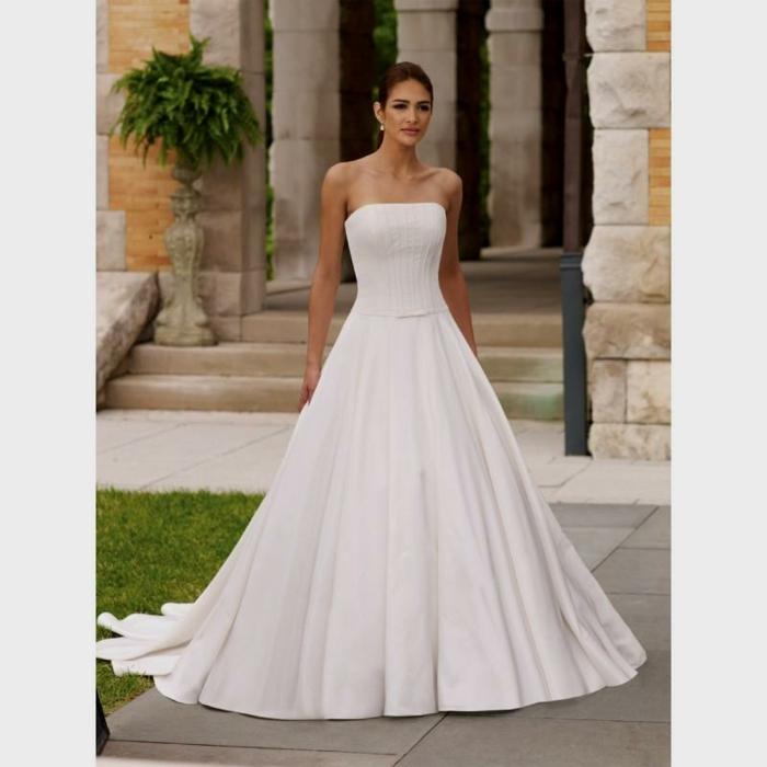 vestidos de novia pronovias, precioso vestido de corte evase con escote palabra de honor, hombros descubiertos y pelo recogido en coleta apretada