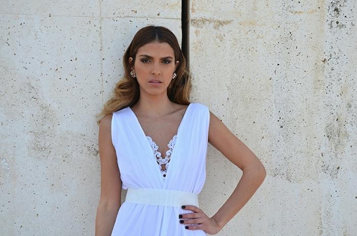 vestidos de novia pronovias, vestido ibicenco en blanco con cinta en la cintura, escote en V con pequeñás flores
