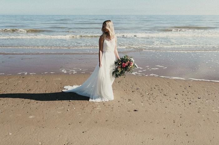 vestido novia sencillo, vestido aireado en estilo bohemio, falda de visillo y parte superior de encaje, grande ramo de flores
