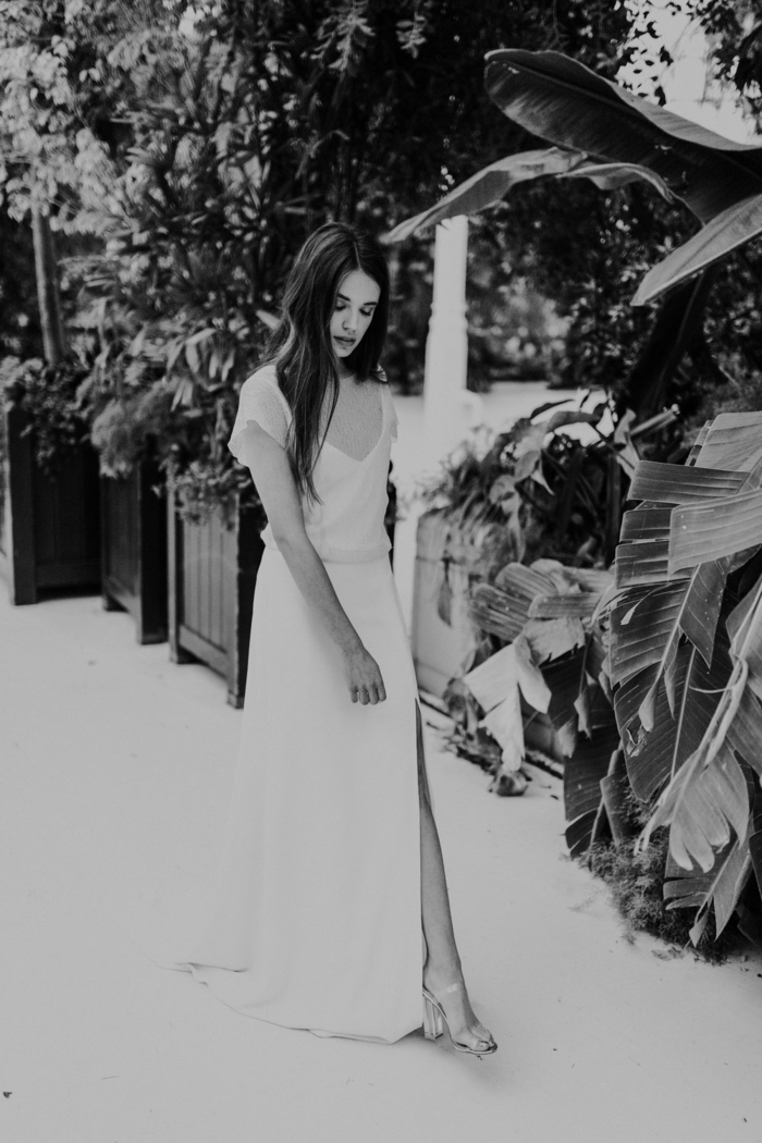 vestido novia sencillo, vestido de diseño simple con mangas cortas, grande hendidura y escote en V,pelo largo suelto