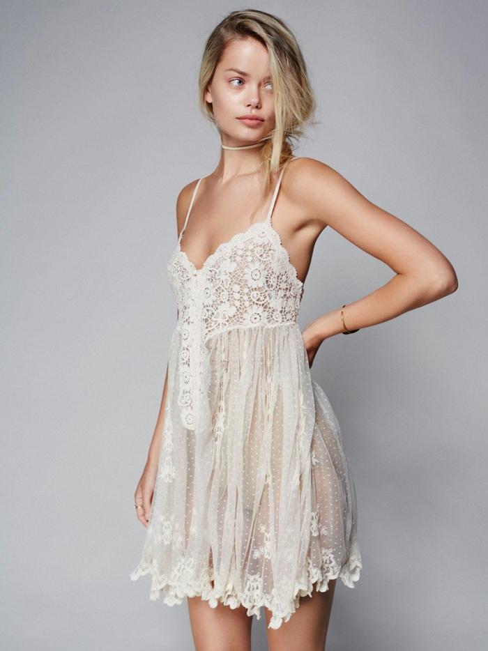 ropa ibicenca, mini vestido en beige, semitransparente con encaje, correas delgadas y escote, mujer con recogido romántico