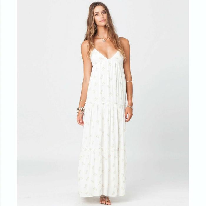 ropa ibicenca, mujer descalza con vestido largo sencillo, correas delgadas, escote V profundo, pelo largo suelto