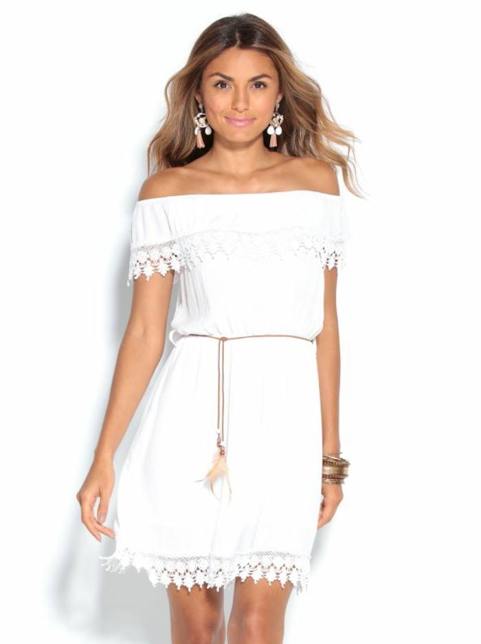 ropa ibicenca, mujer con vestido blanco corto con encaje, hombro caídos, cinturón con plumas, pendientes grandes