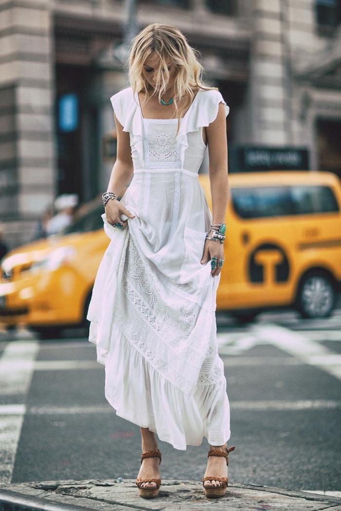 ropa ibicenca, mujer en la calle, vestido hippie largo con escote cuadrado y encaje, son mangas, zapatos de plataforma marrones
