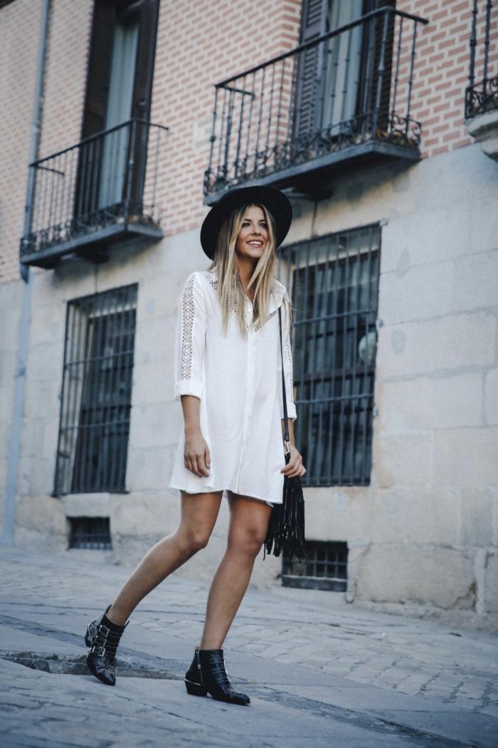 ropa ibicenca, mujer en la calle, vestido corto tipo camisa, mangas tres cuartos con encaje, botas negras, sombrero