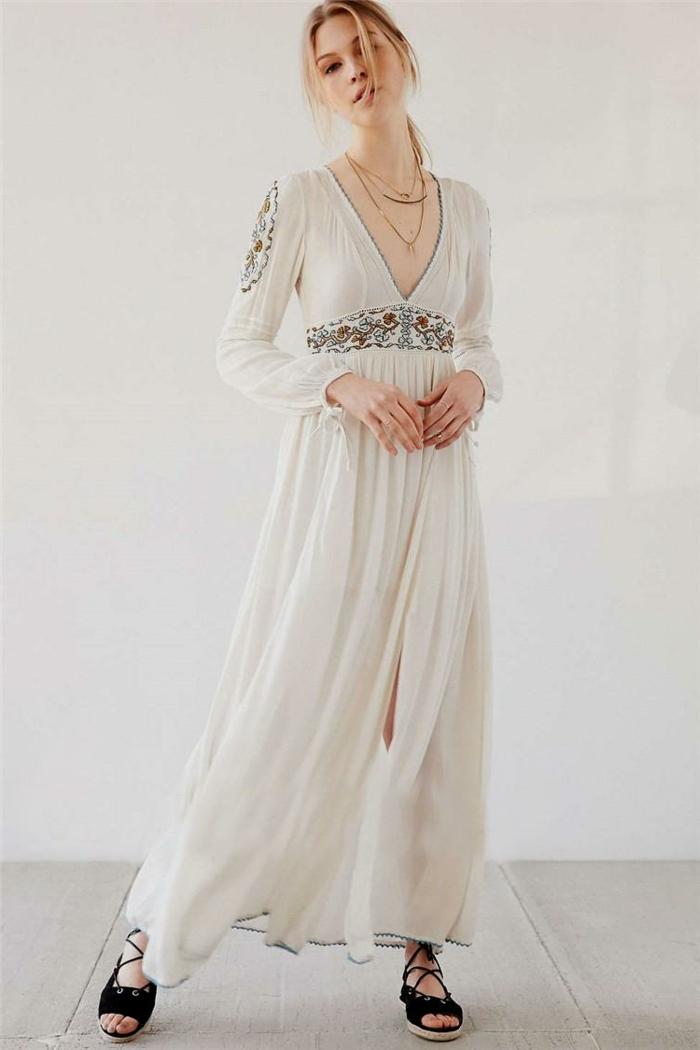 ropa ibicenca, mujer con vestido blanco largo con cintura imperio, bordado en las mangas y el cinturón, escote v profundo, sandalias negras