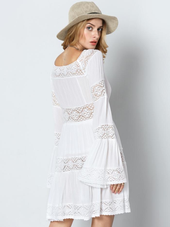 moda ibicenca, vestido corto con zonas de encaje, mangas largas anchas, mujer de espaldas con sombrero