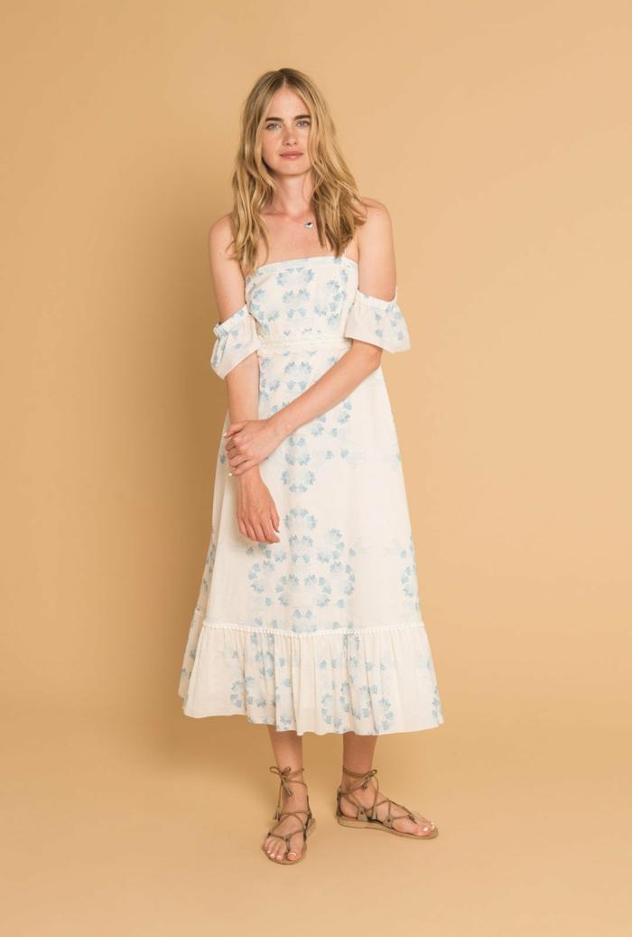 vestido ibicenco, mujer con vestido largo bohemio, blanco con decoración en azul, mangas cortas, hombros caídos, sandalias
