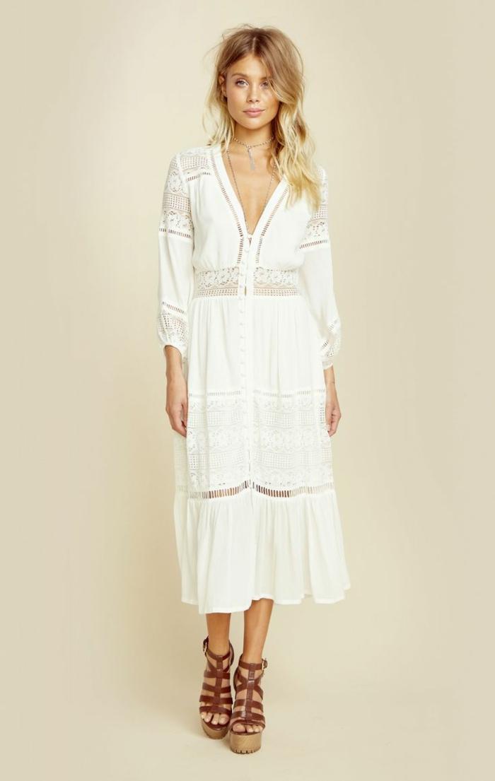vestido ibicenco, mujer con sandalias de plataforma, vestido blanco largo con mangas largas, escaje, escote v profundo