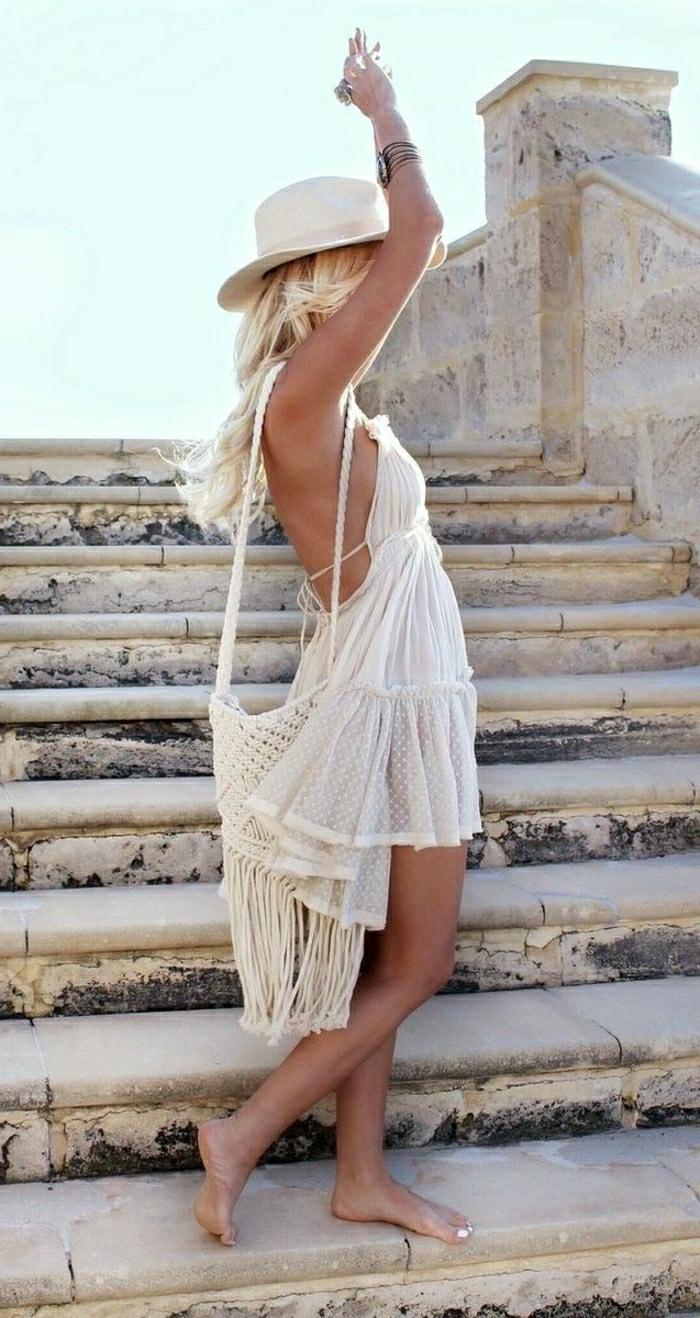 vestido ibicenco, mujer en escaleras de piedra, bolsa de ganchillo, vestido corto con espalda descubierta, sombrero de verano