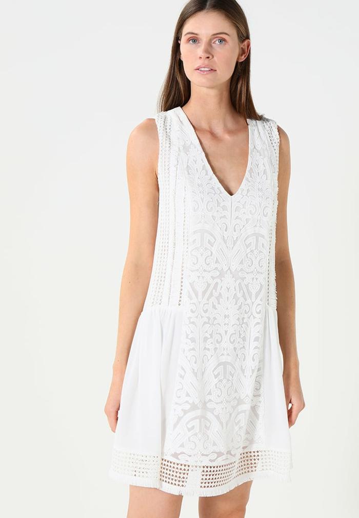 vestido ibicenco, vestido corto, con escote forma V, sin mangas con encaje, mujer alta con pelo liso suelto