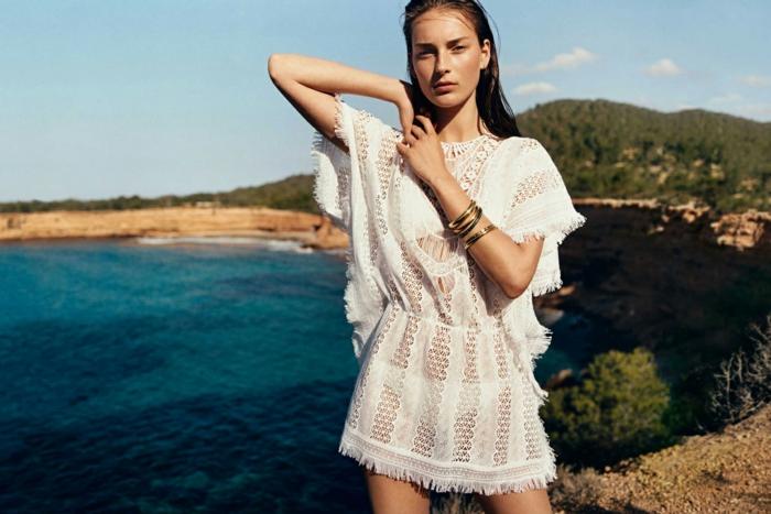 vestido ibicenco, mujer en la playa. vestido ibicenco de verano, muy corto con encaje, mangas corta sueltas, pulseras, pelo suelto