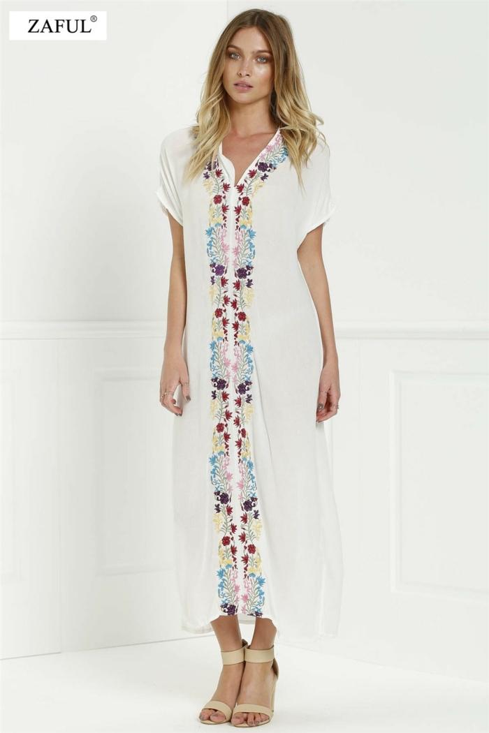 vestido ibicenco, vestido largo con bordado de colores en la parte delantera, mangas anchas cortas, sandalias con tacón