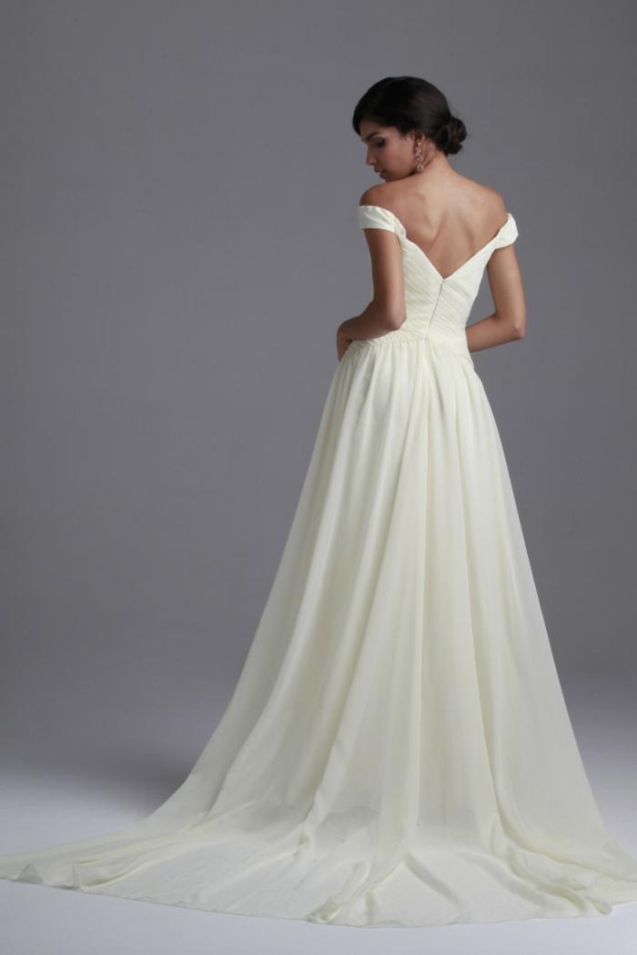 vestido novia sencillo, propuesta romántica, vestido de novia en color champán con larga falda y espalda descubierta, pelo recogido en moño apretado