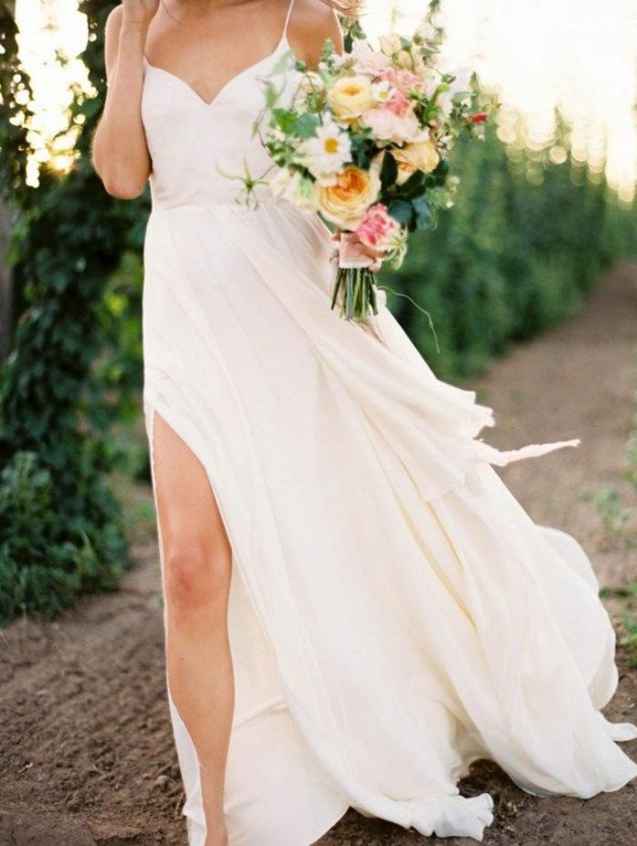 vestido novia sencillo, propuesta simple para una boda de verano más casual, vestido de corte princesa con grande hendidura