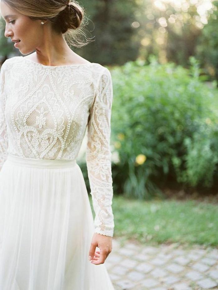 vestido novia sencillo, vestido elegante, parte superior con mangas largas y ornamentos, falda de visillo y pelo recogido en moño elegante