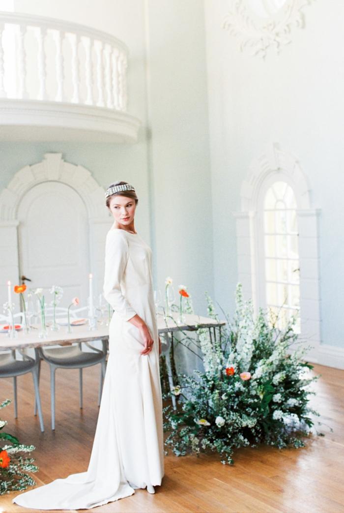 vestido novia sencillo, precioso vestido de corte princesa con mangas largas y decoración en la cabeza