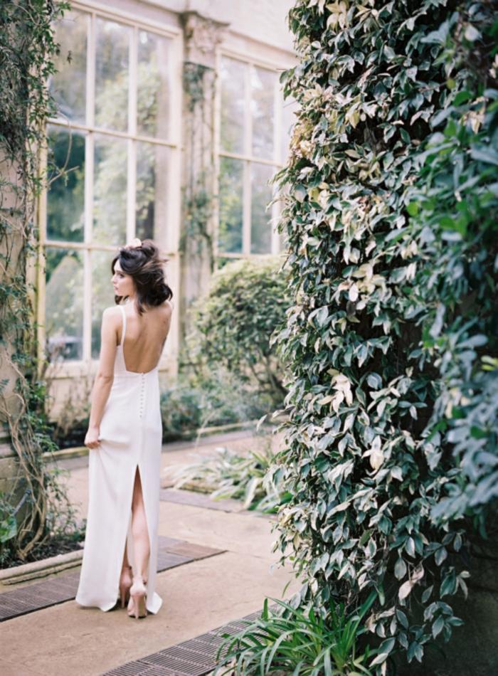 vestido novia sencillo, vestido minimalista con espalda descubierta y grande hendidura, media melena suelta