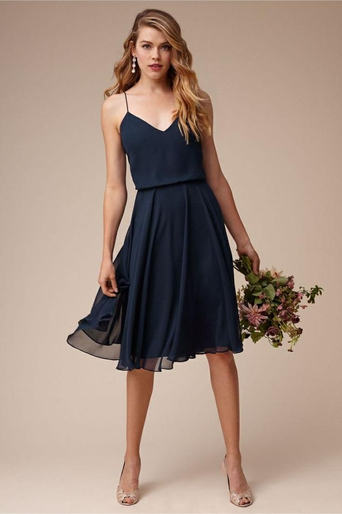 vestidos de ceremonia, vestido de madrina media pierna para boda de día, color azul oscuro, escote forma v, correas delgadas