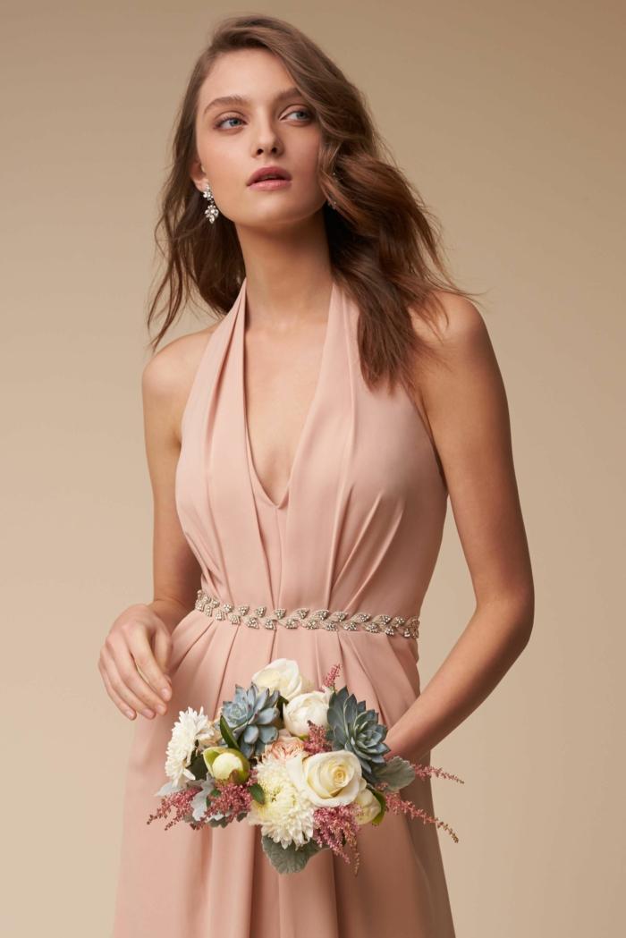 vestidos de ceremonia, mujer con pelo largo, vestido elegante de madrina, corte halter, cintura imperio con cinturón de piedras decorativas
