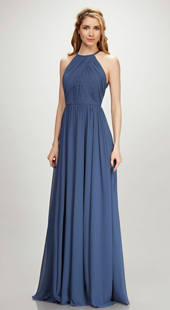 vestidos de ceremonia, mujer con pelo suelto, vestido de madrina largo en azul oscuro, corte halter, talla princesa, hombros desnudos