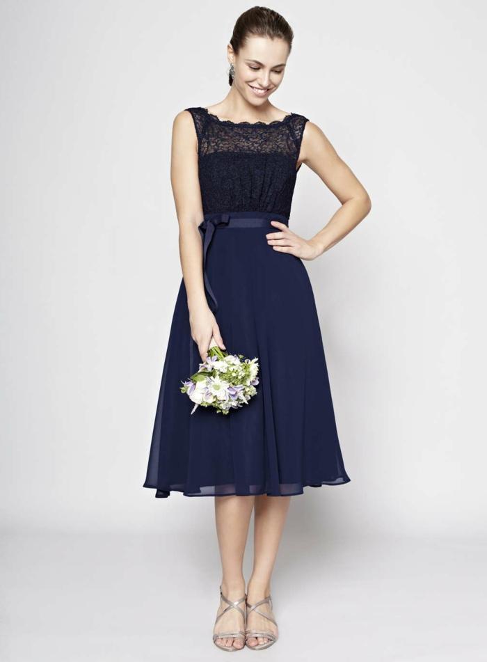 veastidos de ceremonia, vestido de madrina media pierna, color azul oscuro, cinturón con lazo, sin mangas, escote ilusión