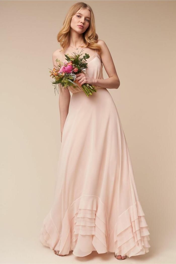vestidos de madrina de boda, vestido de madrina largo romántico, color rosado pálido, correas delgadas, pelo suelto