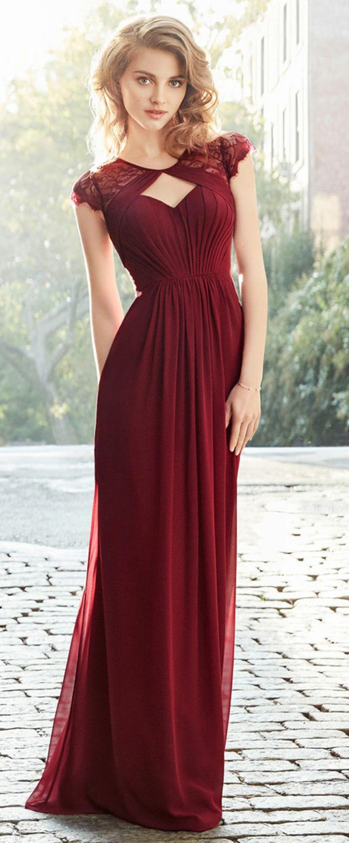 vestidos de madrina, vestido largo de madrina, color vino, cintura imperio, escote cisne, mangas con encaje