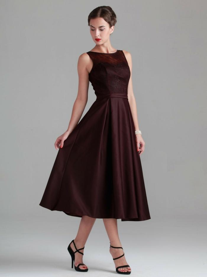 vstidos de madrina de boda, vestido a media pierna, color carmín oscuro, escote ilusión, sandalias de tacón negras