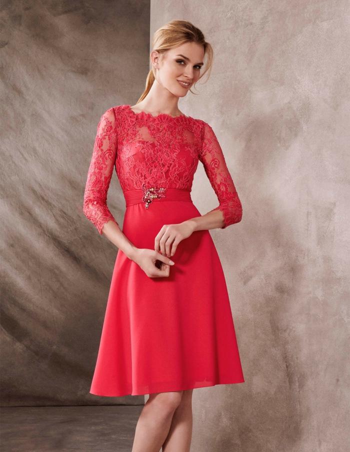 vestidos de madrina de boda, vestido a media pierna, color rojo, cinturón con broche, mangas tres cuartos, encaje grande