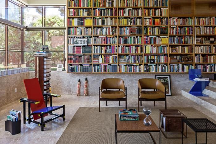 estanterias para libros, interior vintage, suelo de mármol, tapete de mimbre, librería de madera grande, sillascon tapizado de piel