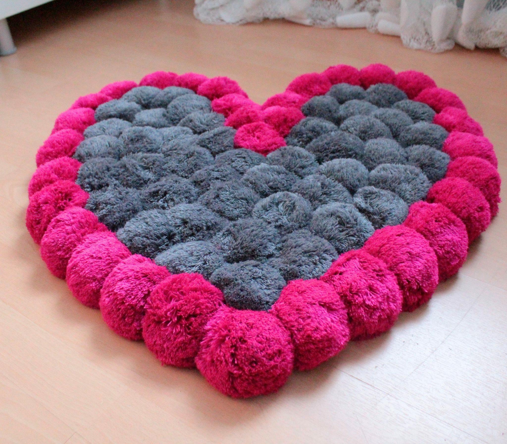 ideas sobre como hacer alfombras de lana, preciosa estera hecha a mano de pompones caseros en gris y color cyclamen
