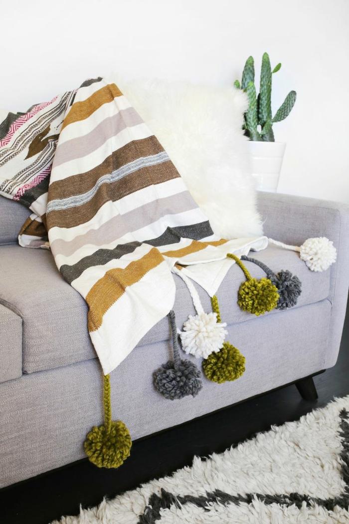 propuestas para decorar la casa con manualidades de lana, como hacer pompones de lana en diferentes colores