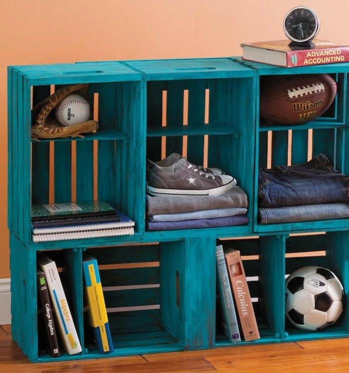 cajas de fruta decoradas en color aguamarina, estantería hecha de mano de cajas de madera pintadas en un color llamativo