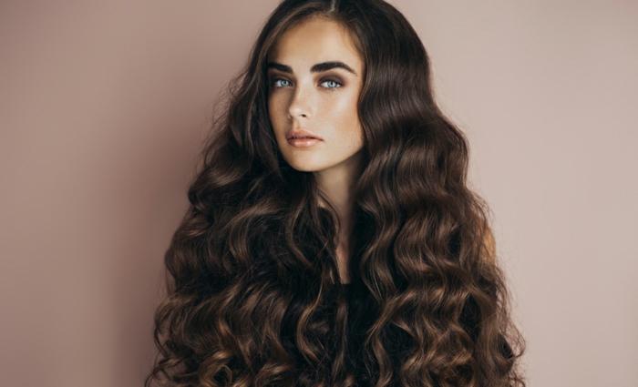 preciosa melena con ondas definidas hechas sin calor, como hacer ondas en el pelo paso a paso, tendencias peinados mujer