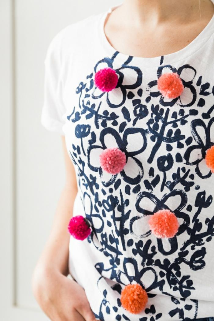 ideas sobre como hacer pompones con lana, blusa original decorada de bolas de lana en colores llamativos