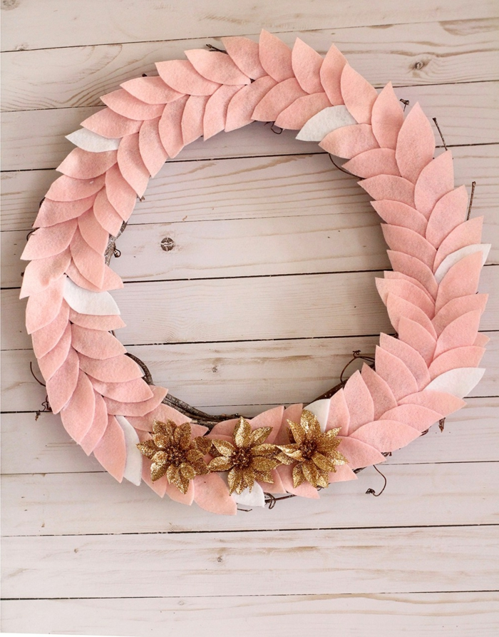 bonita guirnalda para Navidad hecha de fieltro en color rosado, decoracion de flores dorados, manualidades fieltro