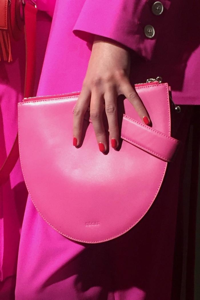 uñas decoradas diseños actuales en un solo color, manicura en rojo según las tendencias primavera verano 2018
