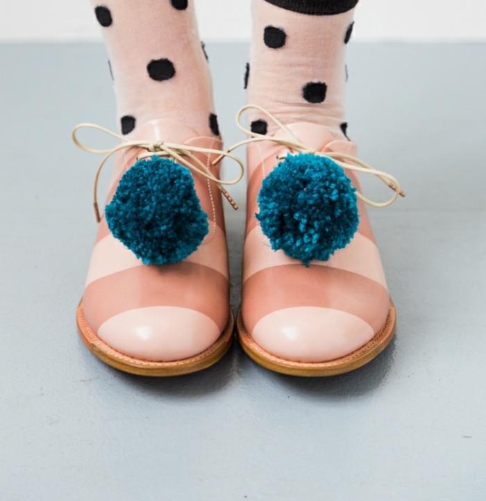 manualidades con lana, pompones de lana para hacer un disfrace de payaso, zapatos color salmón decorados de pompones en azul