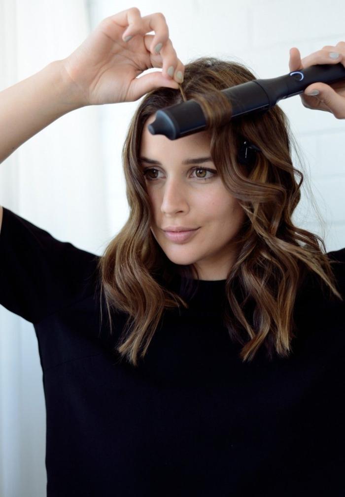 pasos sobre como hacer ondas en el pelo con la ayuda de una plancha, técnica fácil, media melena en color avellana