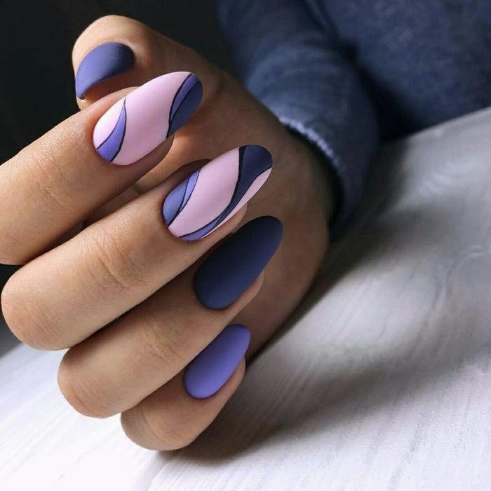 elementos gráficos en uñas muy largas en forma de almendra, colores en el gama de la lila y el rosado, uñas en gel decoradas con acabado mate