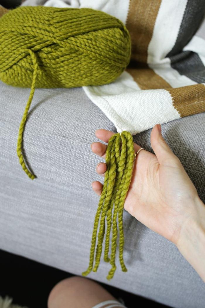 manualdiades con hilo, como hacer pompones de lana paso a paso, preciosa decoración casera original